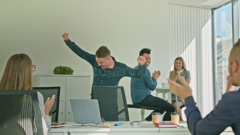 Geschäftsmann Celebrating Victory Looking am Laptop stockbilder