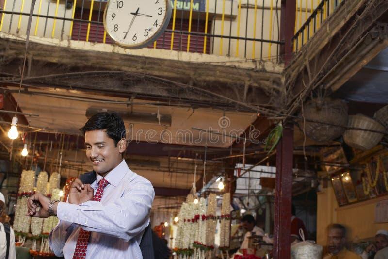 Geschäftsmann-Checking Time On-Armbanduhr lizenzfreies stockbild