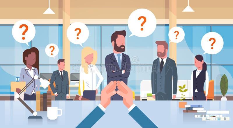 Geschäftsmann-Chef-Looking At His-Geschäft Team With Questiion Mark Sitting am Schreibtisch, Führer-With Group Of-Wirtschaftler lizenzfreie abbildung