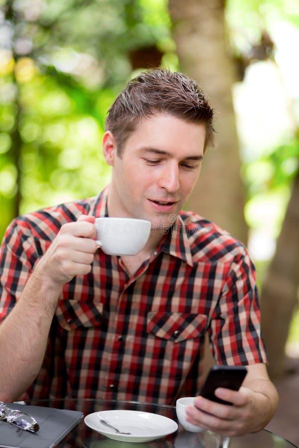 Geschäftsmann With Coffee Using lizenzfreie stockfotos