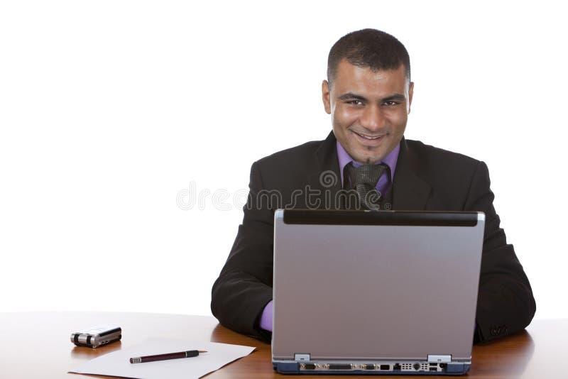 Geschäftsmann in den Büroarbeiten über Computer stockfoto