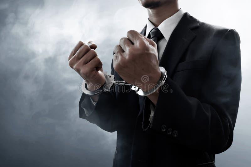 Geschäftsmann in den Handschellen auf Rauchhintergrund lizenzfreies stockfoto