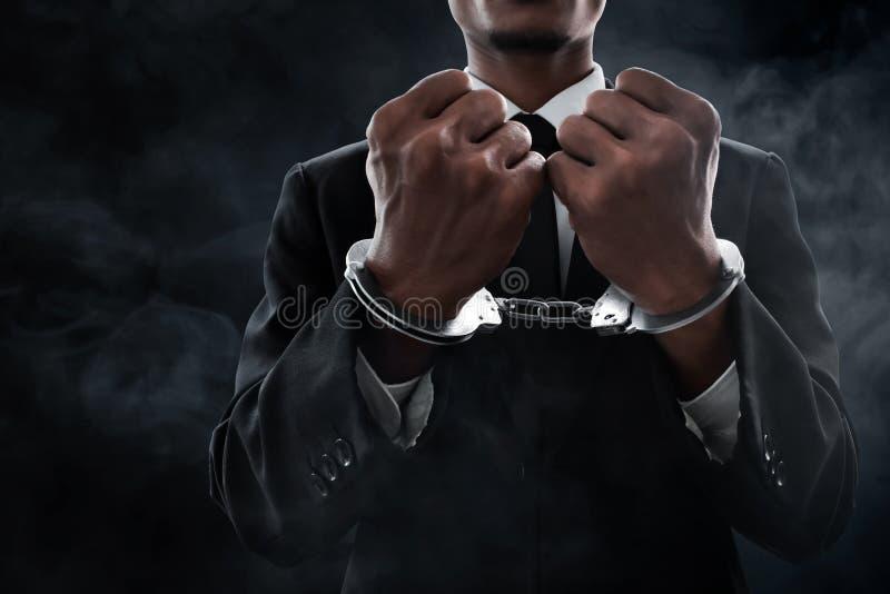 Geschäftsmann in den Handschellen auf Rauchhintergrund lizenzfreie stockfotos