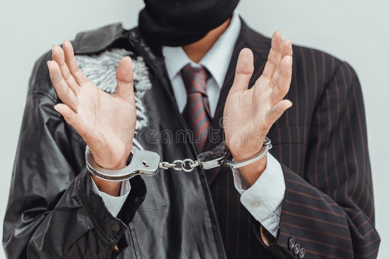 Geschäftsmann in den Handschellen festgenommen lokalisiert auf grauem Hintergrund lizenzfreies stockfoto