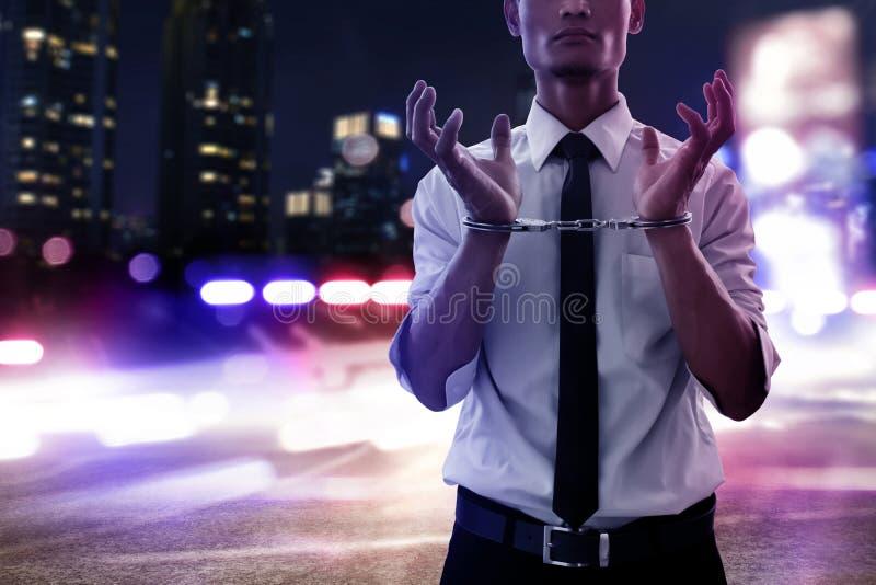 Geschäftsmann in den Handschellen nachts lizenzfreie stockfotografie