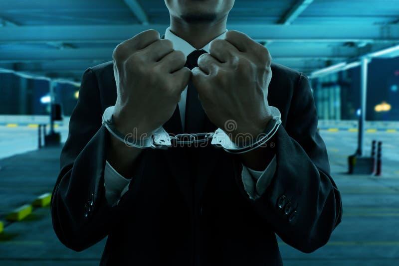 Geschäftsmann in den Handschellen nachts stockfotos