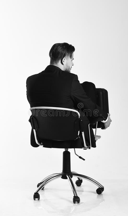 Geschäftsmann denkt an die Lösungen, die auf weißem Hintergrund lokalisiert werden Mann in der intelligenten Klage sucht nach neu stockbild