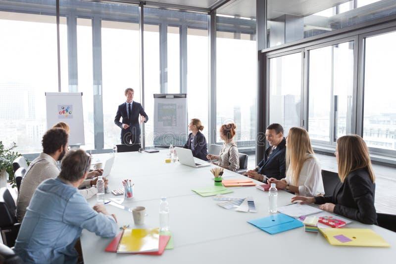 Geschäftsmann, der über Projekt während der Sitzung spricht lizenzfreie stockbilder