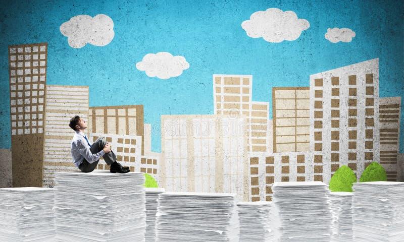 Geschäftsmann, der über zukünftiges Geschäft träumt lizenzfreie stockbilder