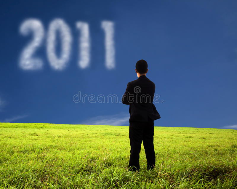 Geschäftsmann, der 2011 denkt und überwacht stockfoto