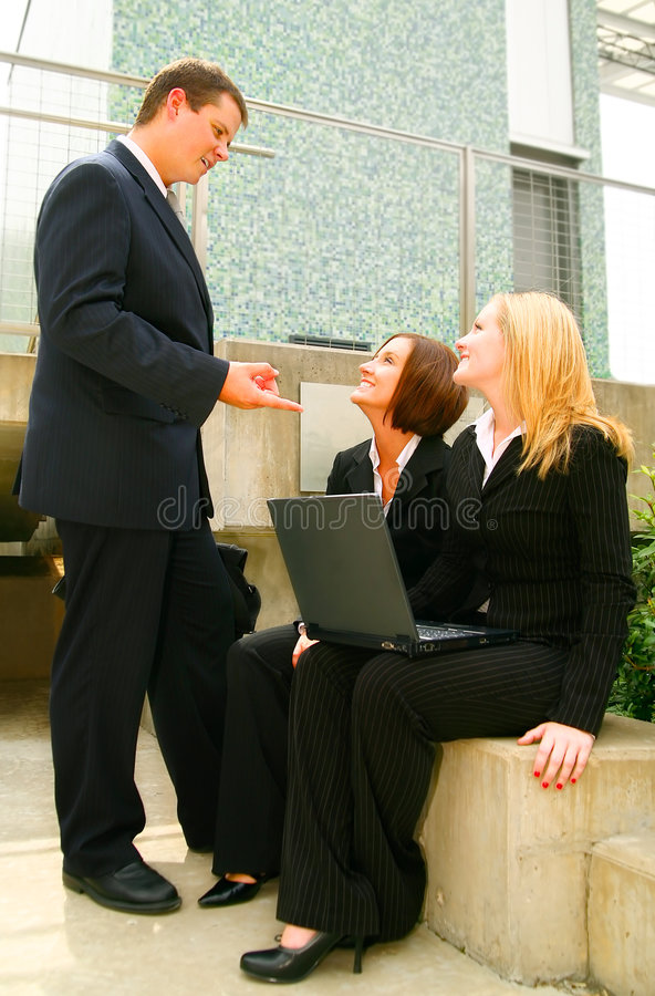 Geschäftsmann, der Anweisung erteilt lizenzfreie stockbilder