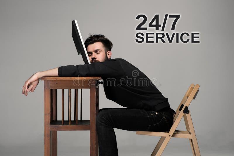 Geschäftsmann, der auf dem Laptop schläft stockfotos