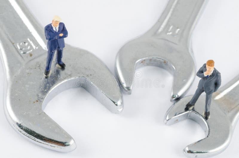 Geschäftsmann, der auf dem Schlüssel, Lösen von Problemen Co steht lizenzfreies stockfoto
