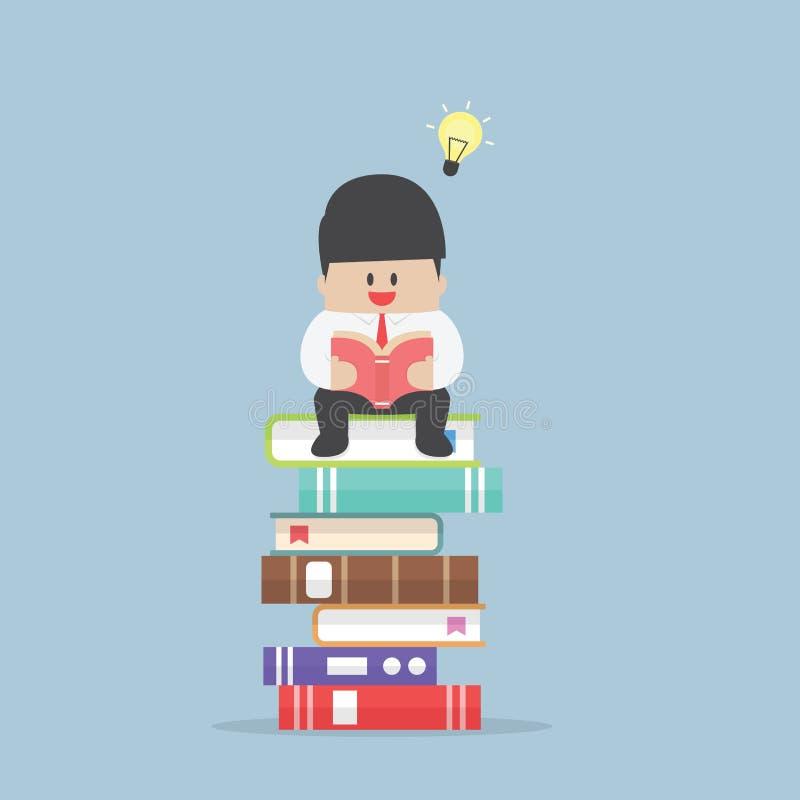 Geschäftsmann, der auf dem Stapel des Buches und gelesen ihm sitzt lizenzfreie abbildung