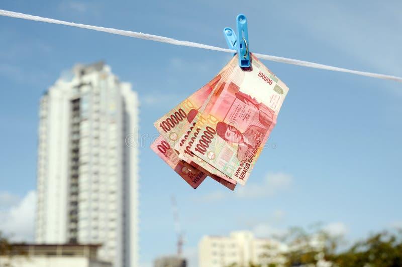 Geschäftsmann, der auf dem Stapel des Geldes sitzt stockbilder