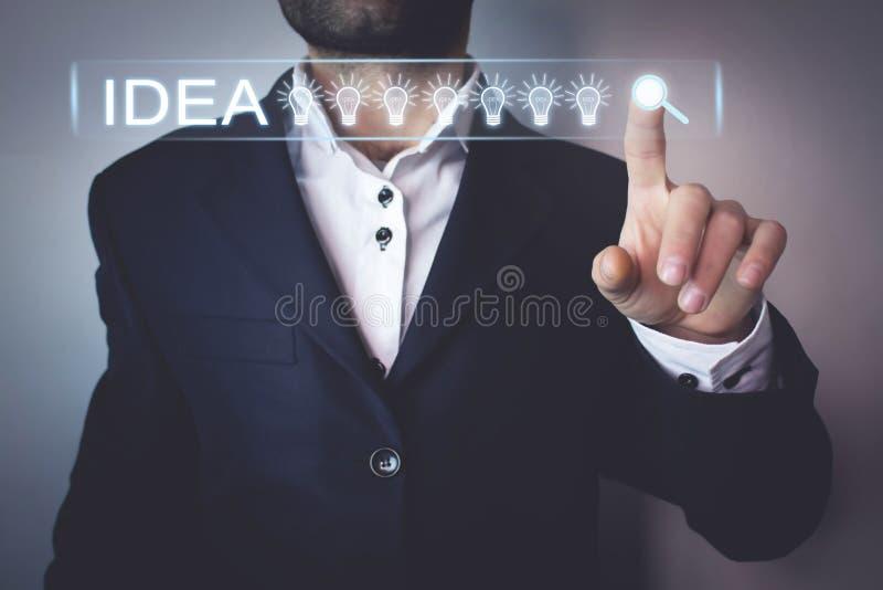 Geschäftsmann, der auf dem Suchen des Ideenknopfes sich berührt Netzsuche-concep lizenzfreies stockfoto