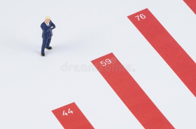 Geschäftsmann, der auf dem Wachstumsdiagramm steht lizenzfreie stockbilder