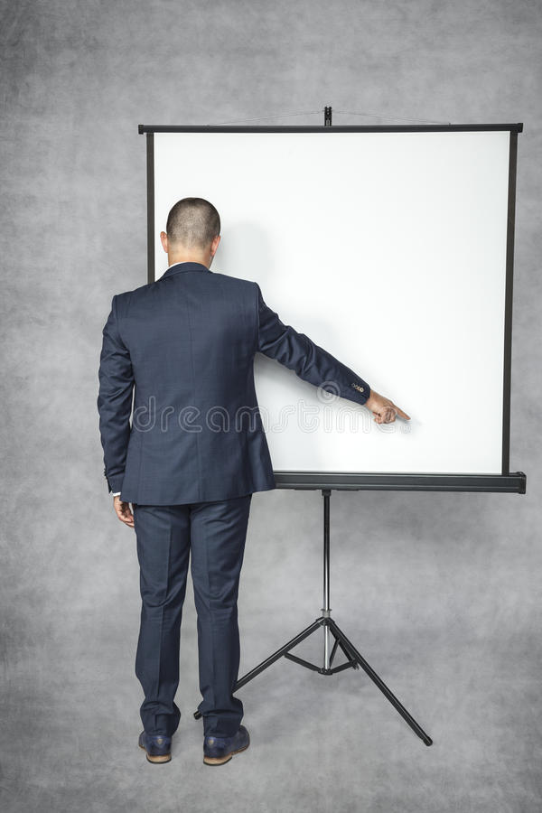 Geschäftsmann, der auf den Platz zeigt lizenzfreies stockfoto
