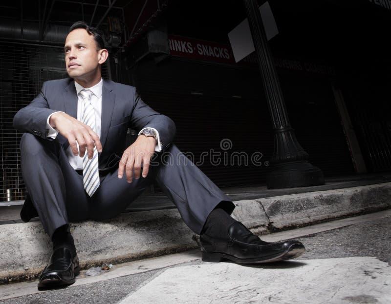 Geschäftsmann, der auf der Kandare sitzt stockfotografie