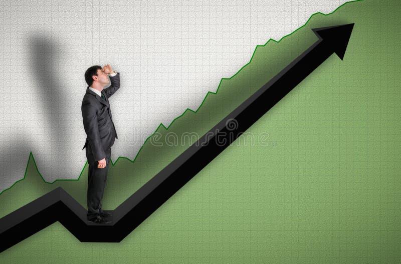 Geschäftsmann, der auf einem Diagramm steht und oben auf den Ergebnissen schaut lizenzfreies stockbild