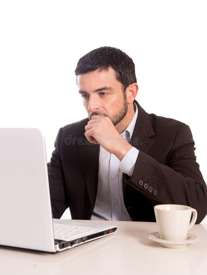 Geschäftsmann, der auf einen Laptop sich konzentriert stockbilder