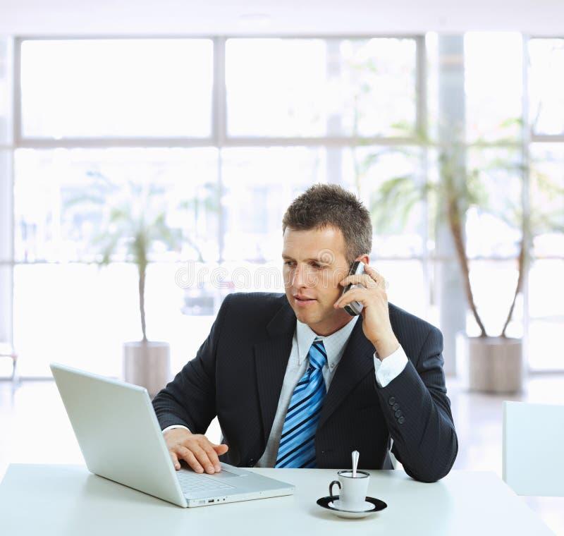 Geschäftsmann, der auf Handy spricht stockfotos