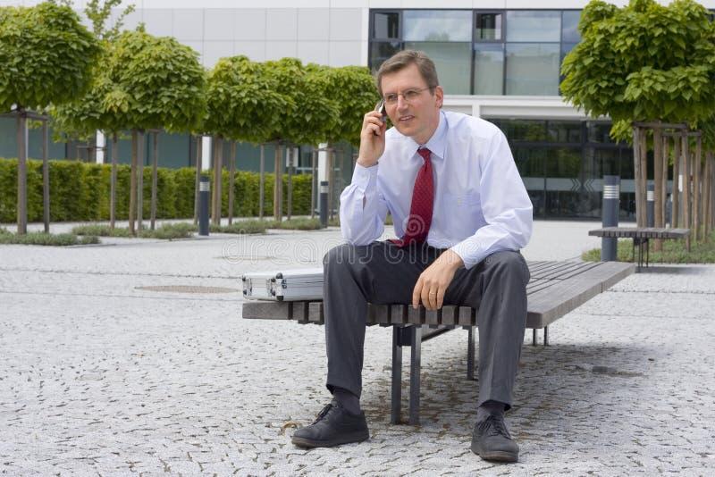 Geschäftsmann, der auf Handy spricht lizenzfreies stockfoto