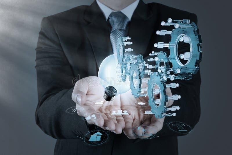 Geschäftsmann, der auf Investitionskonzept zeigt stockbild