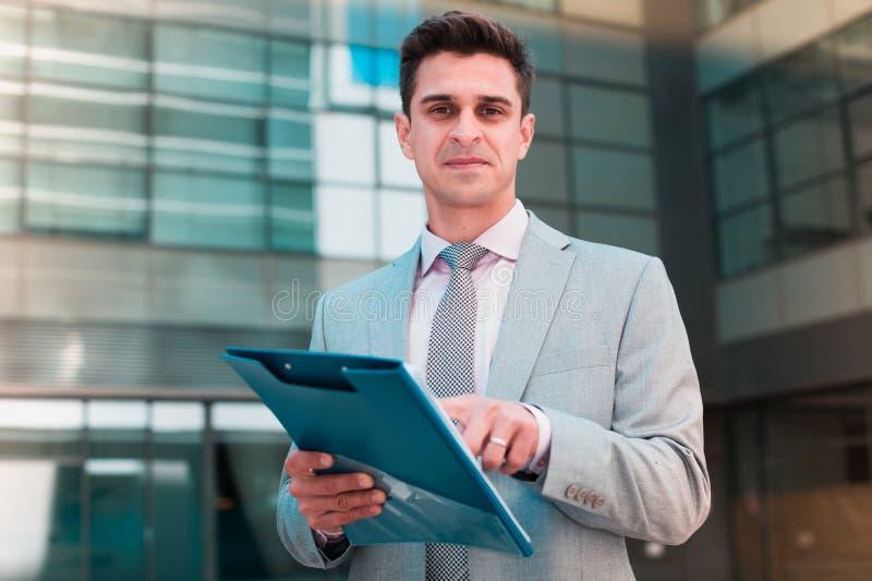 Geschäftsmann, der auf Klausel des Vertrages zeigt stockbild