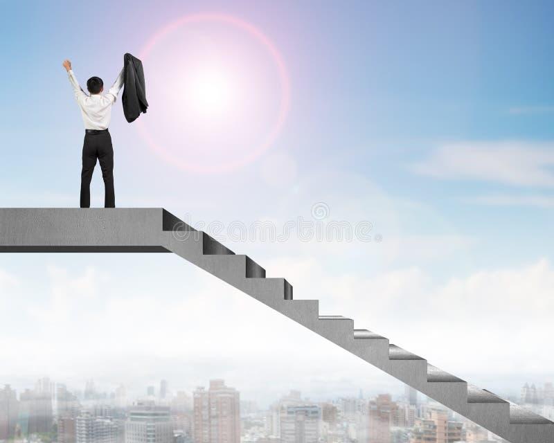 Geschäftsmann, der auf konkrete Treppe mit Stadtansicht zujubelt lizenzfreie abbildung