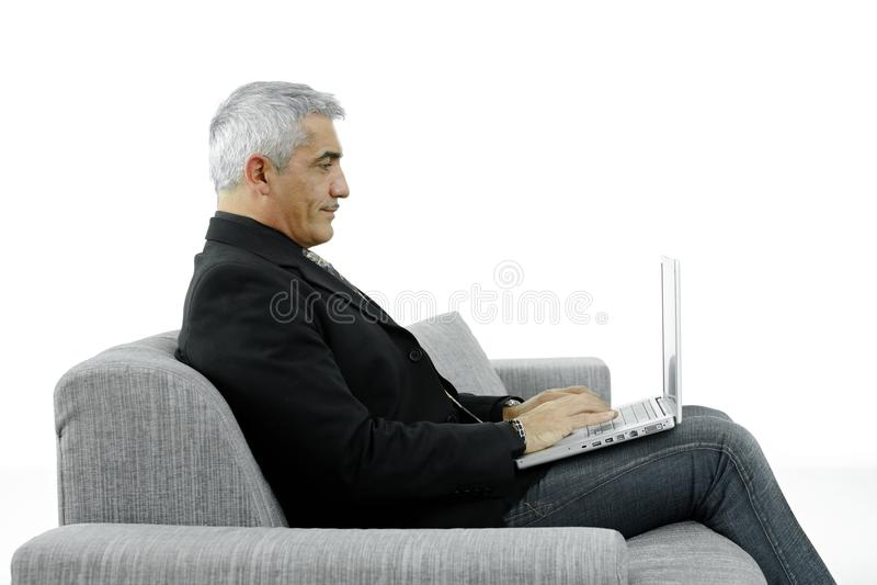 Geschäftsmann, der auf Laptop schreibt stockfoto