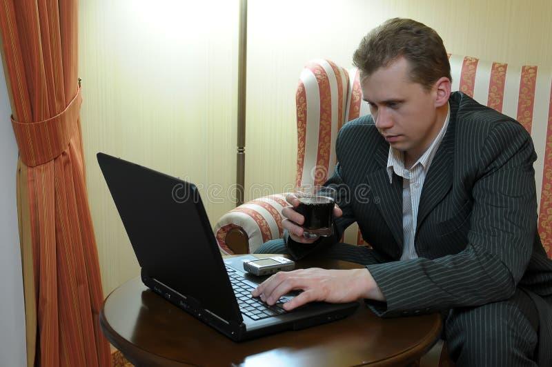 Geschäftsmann, der auf Laptop schreibt stockbilder