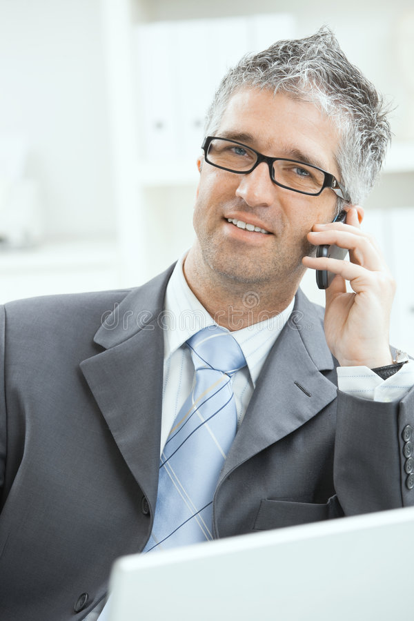 Geschäftsmann, der auf Mobile spricht stockbilder