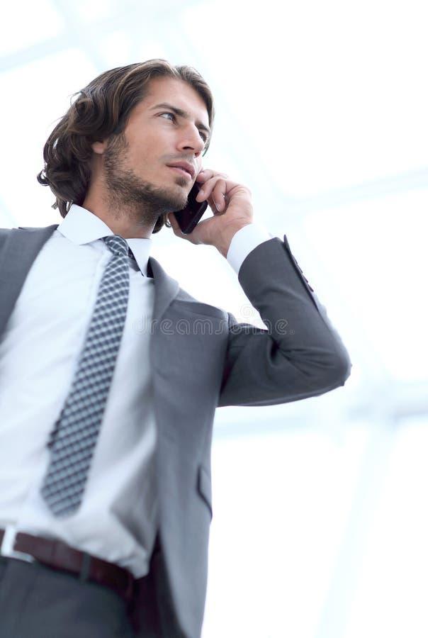 Geschäftsmann, der auf Mobile spricht Lokalisiert auf Weiß stockfotografie
