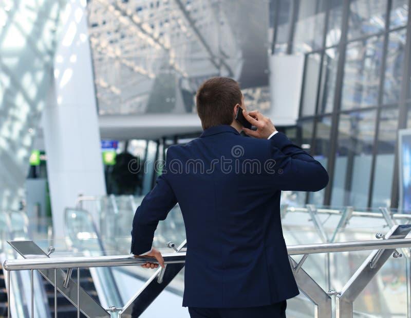 Geschäftsmann, der auf seinem smartphone spricht lizenzfreie stockbilder