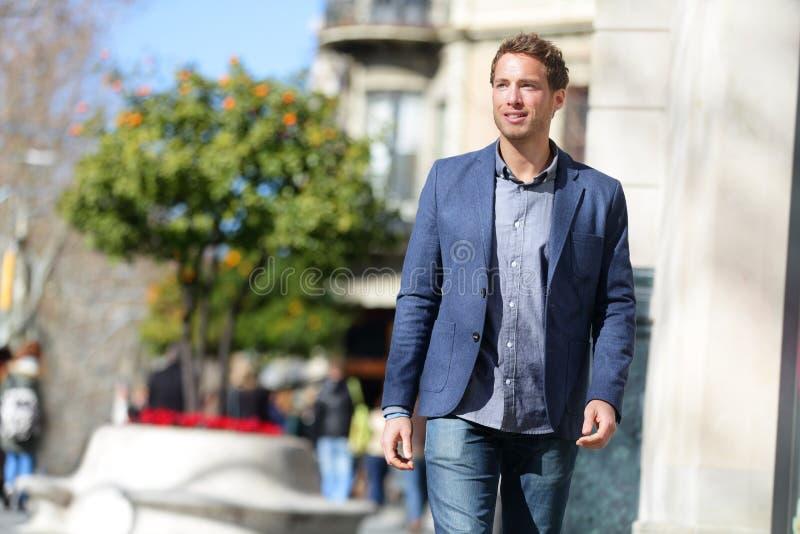 Geschäftsmann, der auf Stadtstraßenlebensstil geht lizenzfreie stockfotos