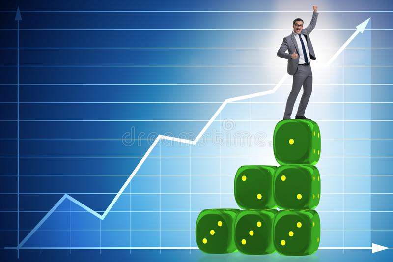 Geschäftsmann, der auf Würfelstapel in Ungewissheit concep balanciert stock abbildung