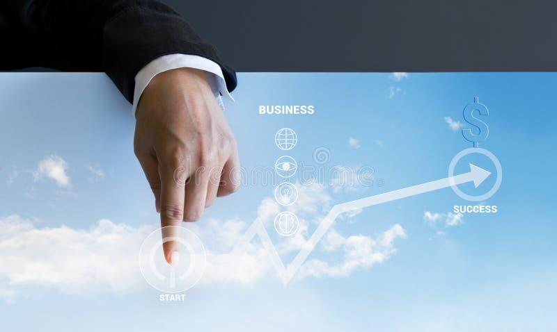 Geschäftsmann, der aufwärts Anfangsgeschäftsknöpfe und Geschäftsdiagramm bedrängt lizenzfreie stockbilder