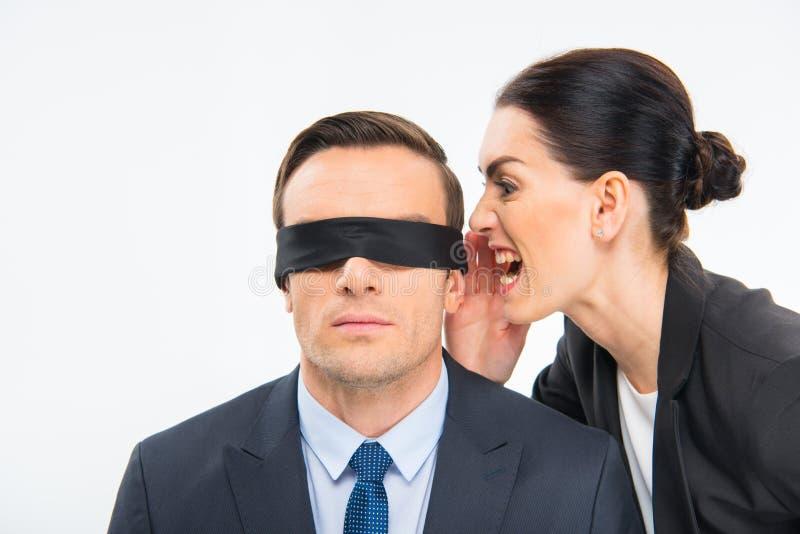 Geschäftsmann in der Augenbinde und in der Geschäftsfrau lizenzfreie stockfotografie