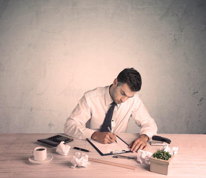 Geschäftsmann, der am Büroschreibtisch arbeitet stockbild