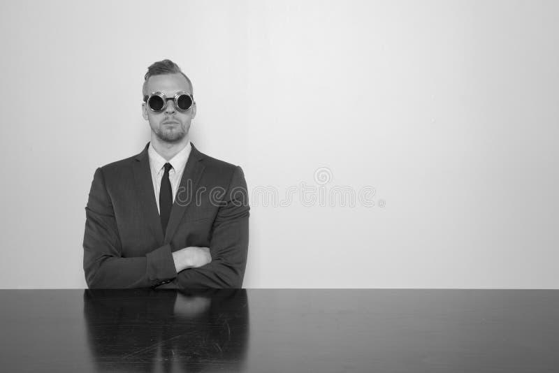 Geschäftsmann, der am Büroschreibtisch sitzt lizenzfreie stockfotos