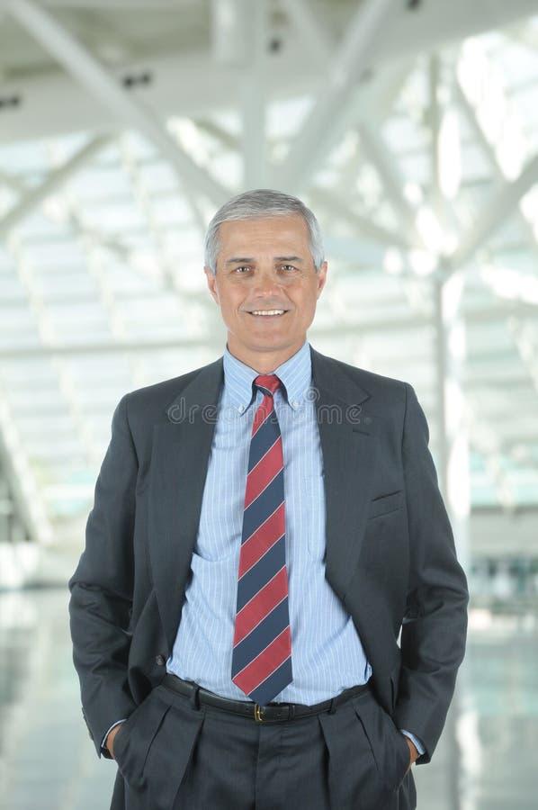 Geschäftsmann in der Bürovorhalle stockfoto