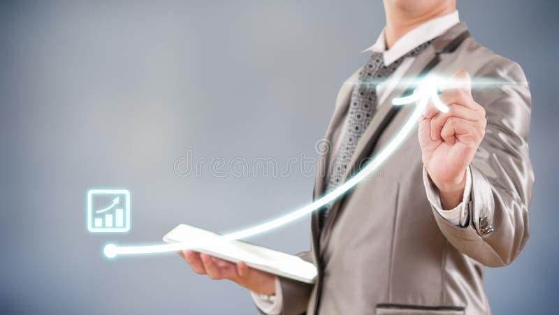 Geschäftsmann, der an Balkendiagramm-Geschäftsstrategie arbeitet stockfotos