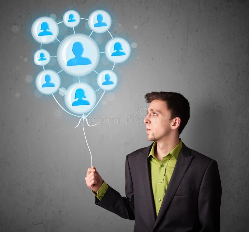 Geschäftsmann, der Ballon des Sozialen Netzes hält stockbilder