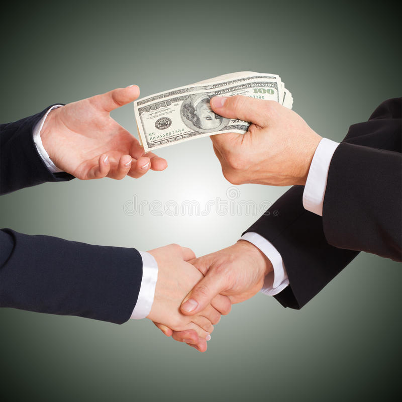 Geschäftsmann, der Bargelddollar in den Händen hält stockbild