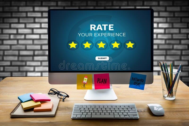 Geschäftsmann, der Bericht-Zunahmebewertung Bewertung mit fünf Sternen hält oder stockfotos