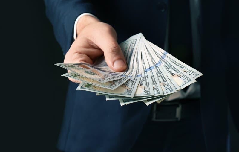Geschäftsmann, der Bestechungsgeld hält lizenzfreie stockfotografie