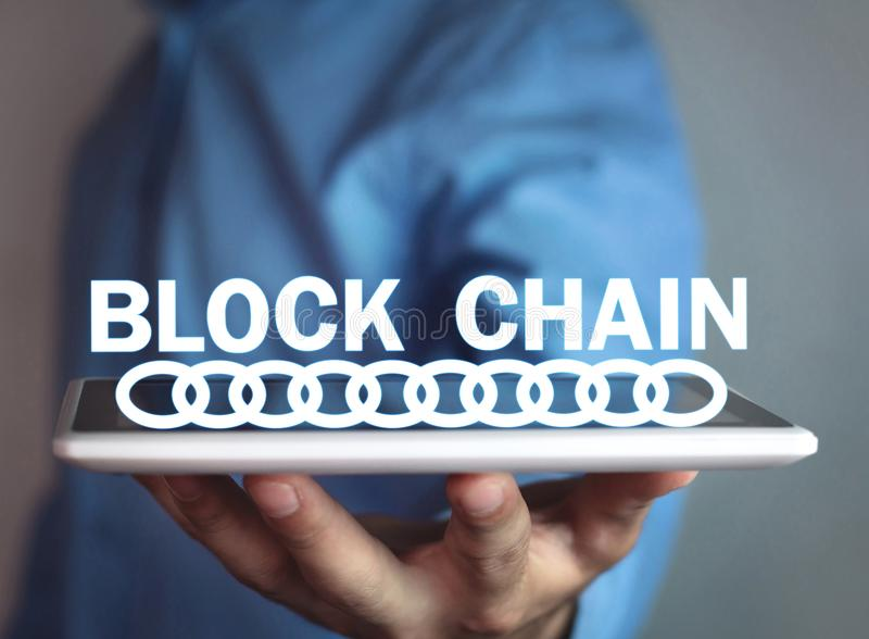 Geschäftsmann, der Blockketten-Geschäftsinternet-Konzept hält stockfoto