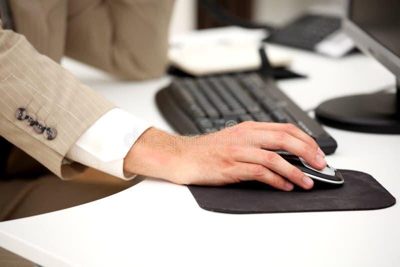 Geschäftsmann, der am Computer arbeitet lizenzfreies stockbild