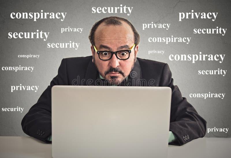 Geschäftsmann, der an Computerprivatlebenkonzept arbeitet lizenzfreies stockbild
